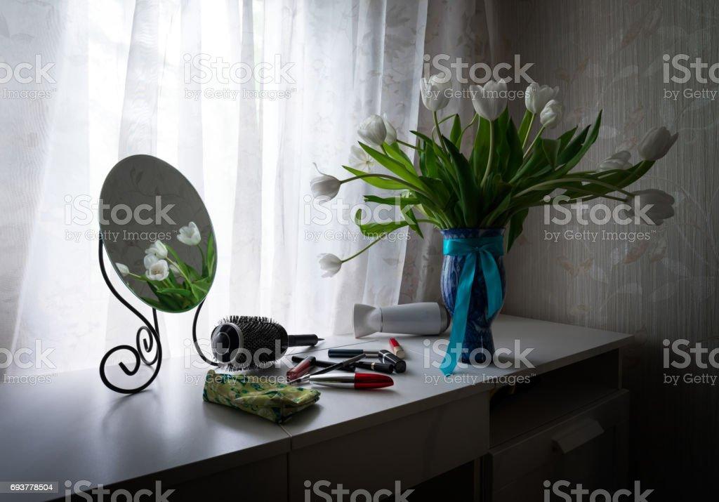Photo libre de droit de Miroir Tulipes Brosse À Cheveux Et ...
