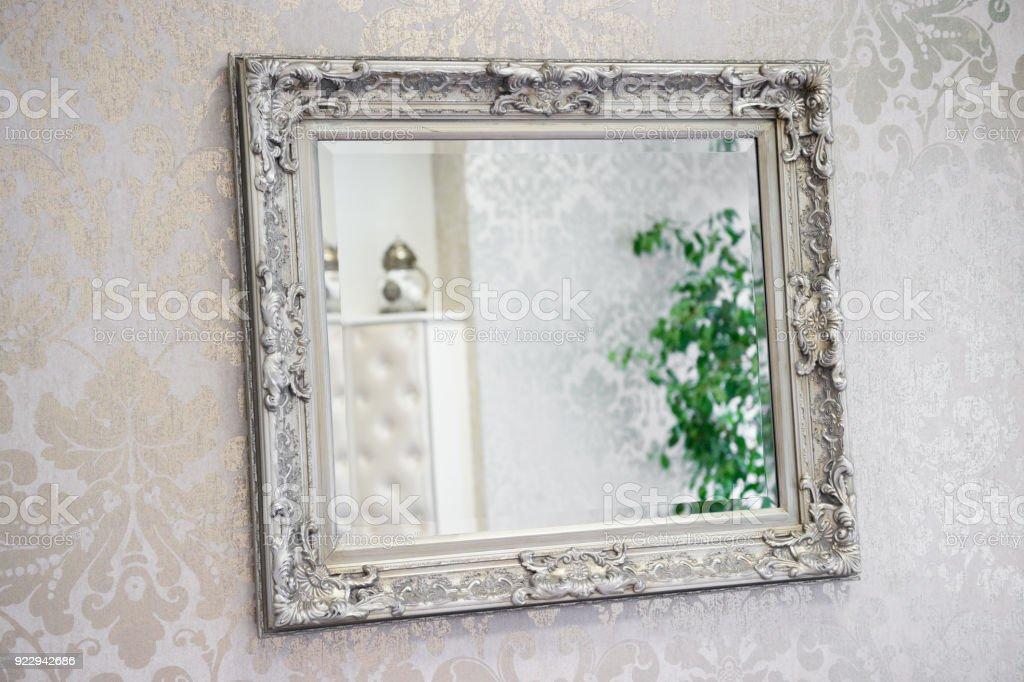 Spiegel mit reich verzierten Rahmen an dekorierte Wand – Foto