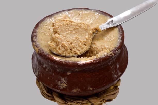 mishti doi, joghurt, meethi dahi, ist ein fermentierter süßer doi, der aus der bengalischen region der indianer stammt. - dessert mit quark stock-fotos und bilder