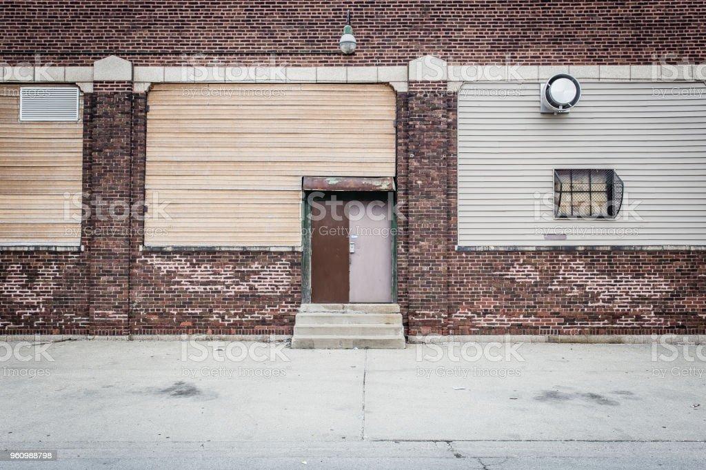 Unpassende Türen auf Ziegelmauer - Lizenzfrei Alt Stock-Foto