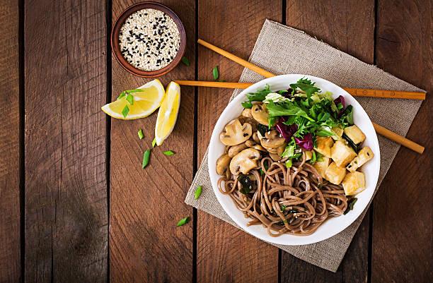 Soupe Miso et Soba nouilles avec du gratin de tofu ou des champignons. - Photo
