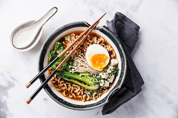味噌ラーメンアジアの麺、卵、enoki とチンゲンサイの煮込み - ラーメン ストックフォトと画像