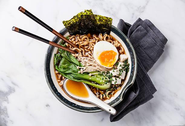 味噌ラーメン、卵、enoki とチンゲンサイの煮込み - ラーメン ストックフォトと画像