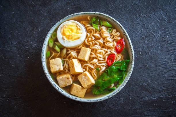 味噌ラーメン スープ - ラーメン ストックフォトと画像