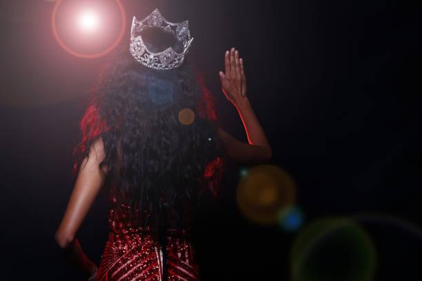 schönheitswettbewerb miss wettbewerb in langen ballkleid abendkleid ball mit diamond crown, mode bilden frisur - prinzessinnenschuhe stock-fotos und bilder
