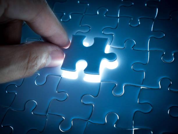 fehlende jigsaw puzzlestück mit beleuchtung, business-konzept für den abschluss der veredelung puzzleteil - puzzleteile stock-fotos und bilder