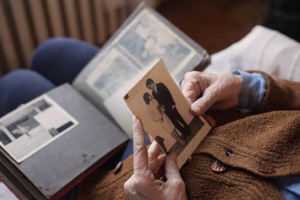 ontbreekt. - senior fotoboek stockfoto's en -beelden
