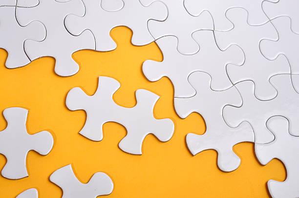 Fehlende Puzzle auf gelbem Hintergrund, die Suche nach einer Lösung Konzept – Foto