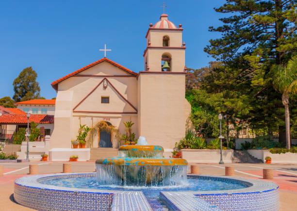 Mission San Buenaventura mit Brunnen in Ventura, Kalifornien (P) – Foto