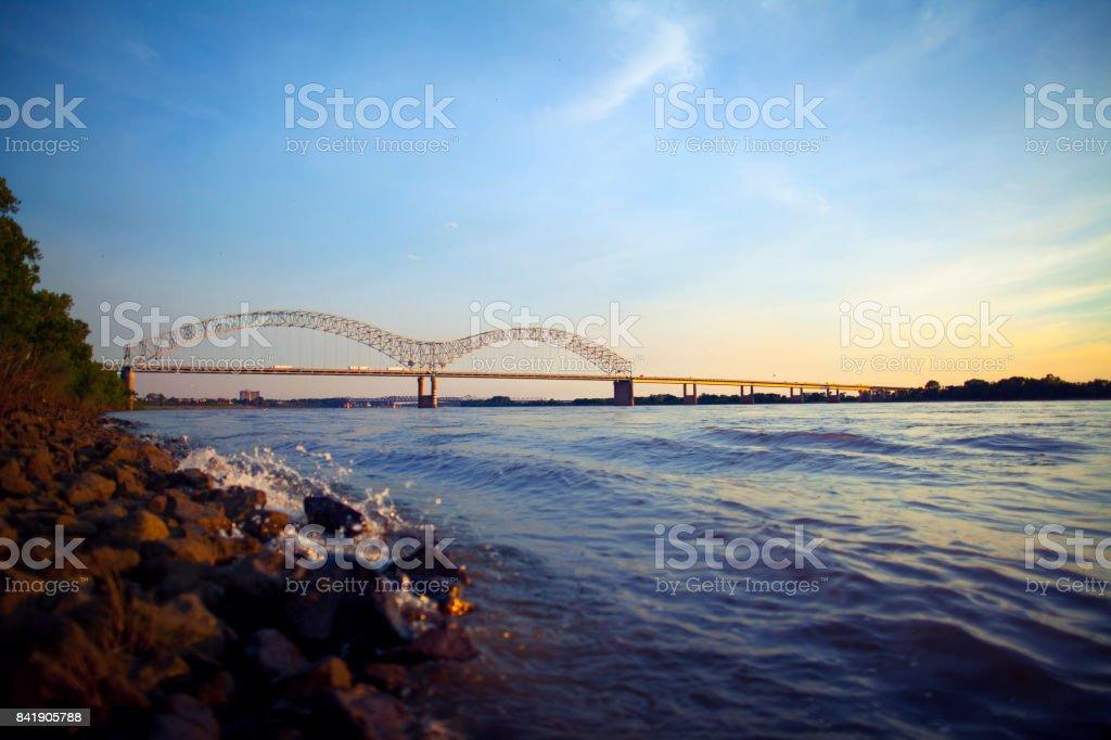 Mississippi Fluß und Hernando de Soto Bridge in Memphis, TN – Foto
