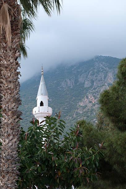 Mist überdachte mountain und dem Minarett über Kaş, Türkei – Foto