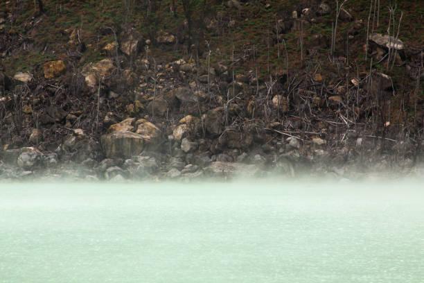 niebla en el cráter blanco volcano lake, bandung - kawah putih fotografías e imágenes de stock