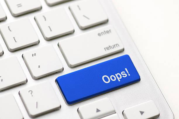 fehler konzepte, mit ups nachricht auf tastatur. - scyther5 stock-fotos und bilder