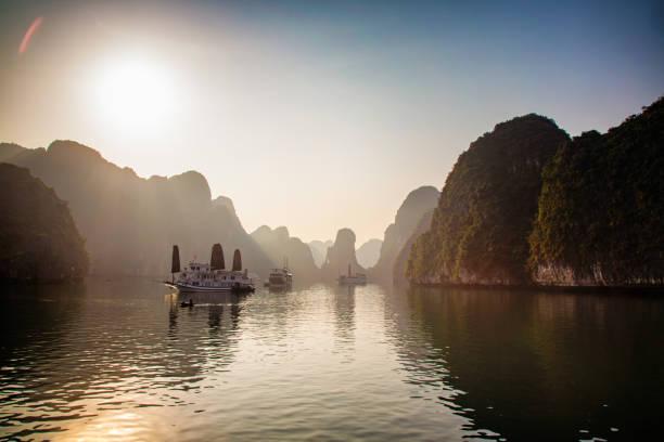 Misty Dämmerung auf Halong Bay Vietnam Weitwinkel-Panoramablick – Foto