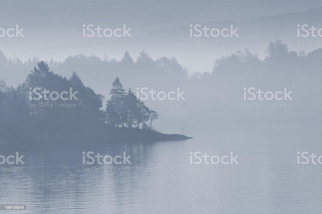 Nebligen See am Morgen – Foto