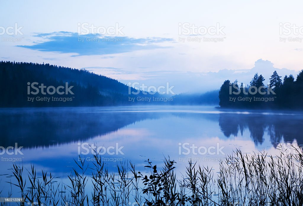 misty lake - foto de stock