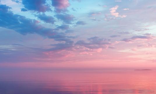 Misty Lilac Seascape With Pink Clouds — стоковые фотографии и другие картинки Атмосфера - Понятия