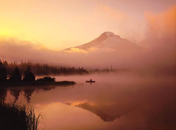 misty rano, pływać kajakiem, z odbicia mt. hood, lub - góry kaskadowe zdjęcia i obrazy z banku zdjęć