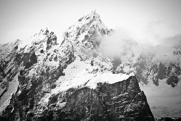 misty montagne - mont baker photos et images de collection