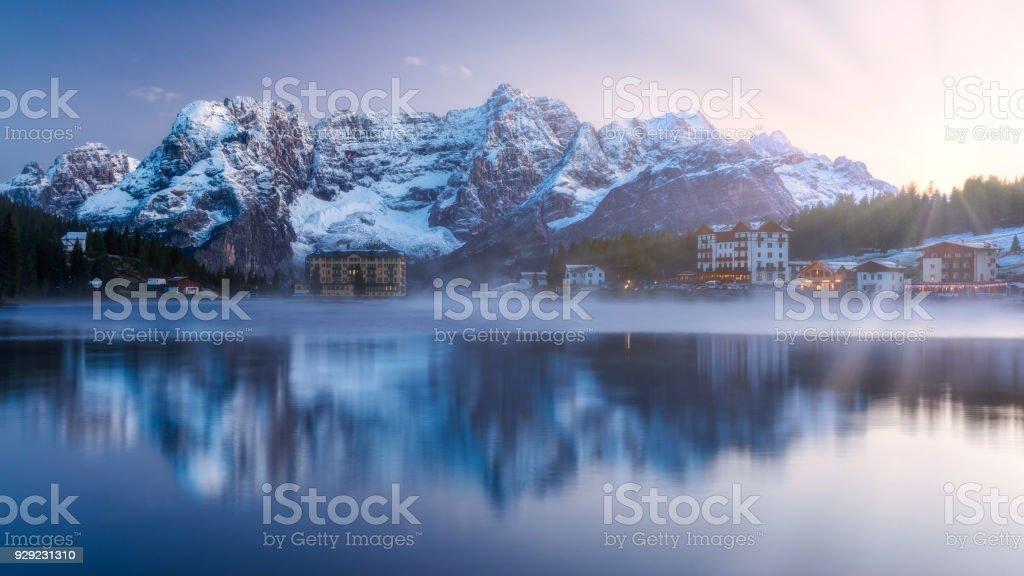 Misurina Lake, on Dolomites (Italian Alps) seen at sunrise. Sorapiss mountain in the background. South Tyrol, Dolomites, Italy. - foto stock