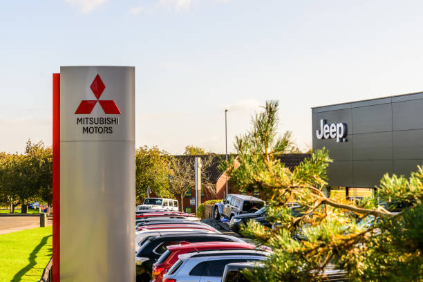 mitsubishi motors und jeep logo zeichen stehen northampton gewerbegebiet - dokumentation stock-fotos und bilder