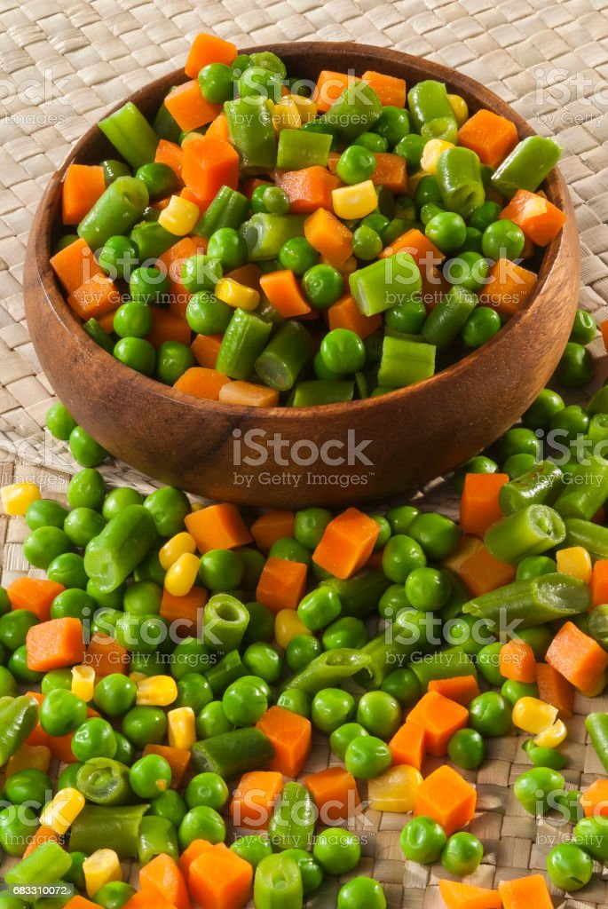 Mix cut vegetable in wooden bowl royalty free stockfoto
