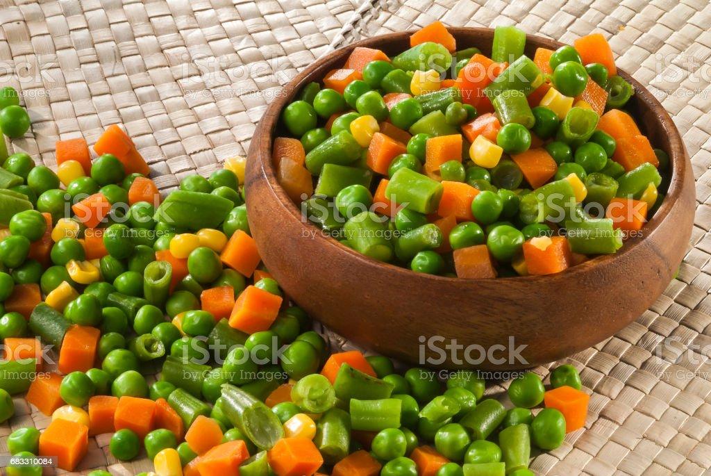 Blanda skär grönsaker i träskål royaltyfri bildbanksbilder