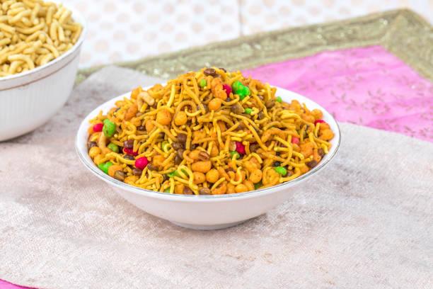 mix namkeen essen - mehlmotten stock-fotos und bilder