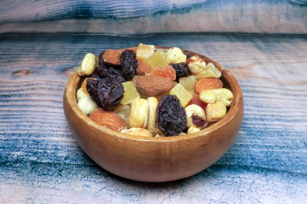 Mischung aus getrockneten Früchten und Nüssen auf Holzhintergrund – Foto