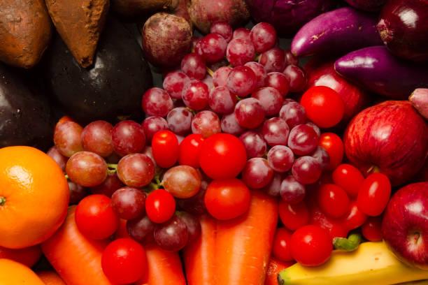 Mezclar frutas y verduras de color púrpura y rojo - foto de stock