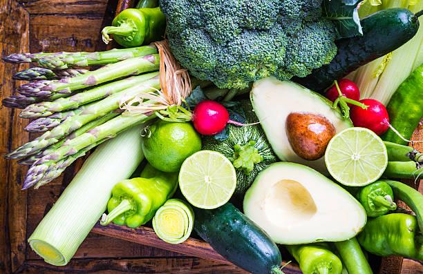 mezclar las verduras en rustic fondo. - comida cruda fotografías e imágenes de stock