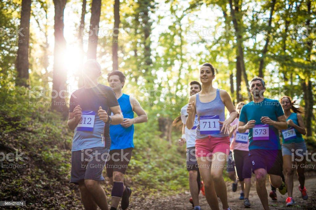 Gens athlétiques mixte âge jogging sur la course de marathon dans la nature. - Photo de Activité de loisirs libre de droits