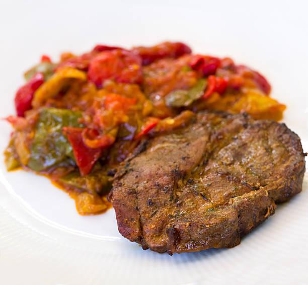 gemischte auflauf mit roter paprika und schweinefleisch-steak - paprikaschnitzel stock-fotos und bilder