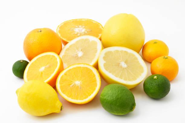 レモン、ライム、グレープフルーツ、オレンジ、薩摩オレンジ、ゆず、すだちなどの柑橘類を混ぜたフルーツ - グレープフルーツ ストックフォトと画像