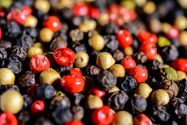 Assortiment de grains de poivre de couleur gros plan - Photo