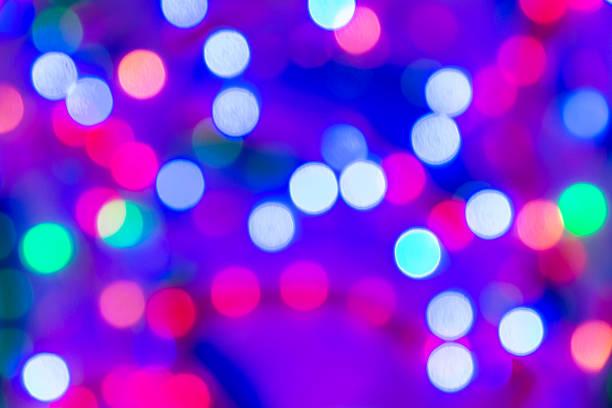 gemischte farbe weihnachten lichter auf lila/blauer samt. - lichtschlauch stock-fotos und bilder