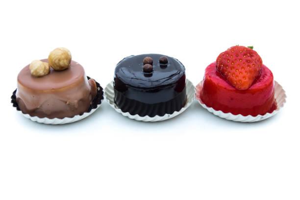 dessert - süße kuchen gemischt mit haselnüsse, schokolade und erdbeere, isoliert auf weißem hintergrund - weihnachtsmannhüte aus erdbeeren stock-fotos und bilder