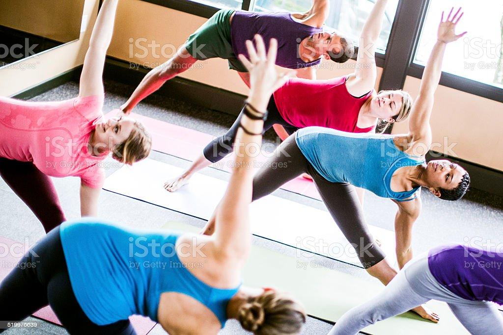 Gemischte ethnische Yoga-Klasse im Studio - Lizenzfrei Afrikanischer Abstammung Stock-Foto