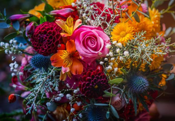 gemengd bloemboeket - bloemstuk stockfoto's en -beelden