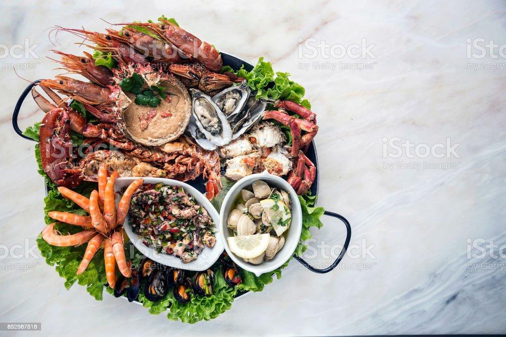 gourmet de seleção portuguesa frutos do mar frescos misturados conjunto refeição de prato na mesa - foto de acervo