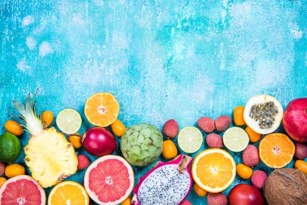 혼합된 신선한 활기찬 이국적인 과일, 테두리 배경 - 열대 과일 뉴스 사진 이미지