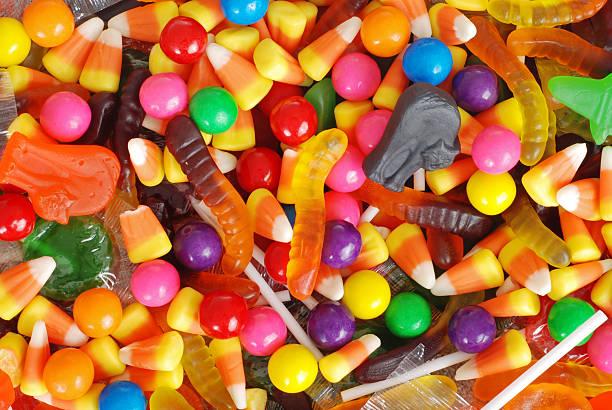 смешанная хэллоуин конфеты фон - halloween candy стоковые фото и изображения