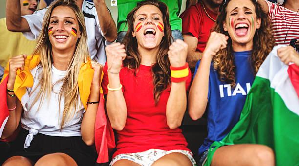 mixed-welt unterstützer im fußballstadion - deutsche frauen stock-fotos und bilder