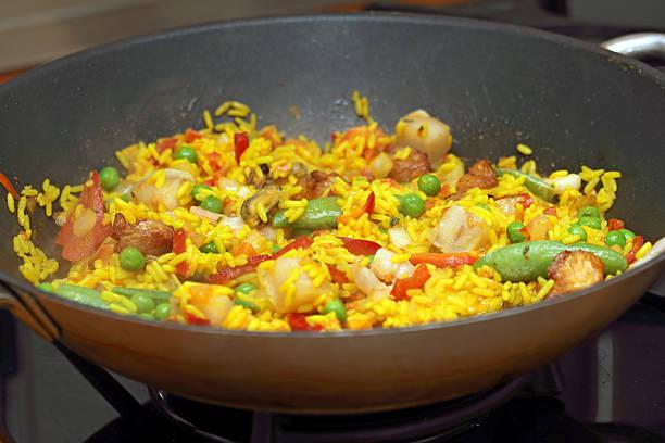 gemischte paella - rezepte mit hühnerfleisch stock-fotos und bilder