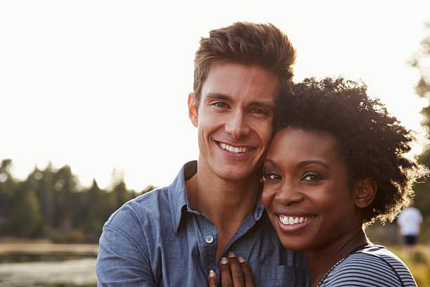 gemischte rassen paar auf dem lande, blick in die kamera - schwarze romantik stock-fotos und bilder