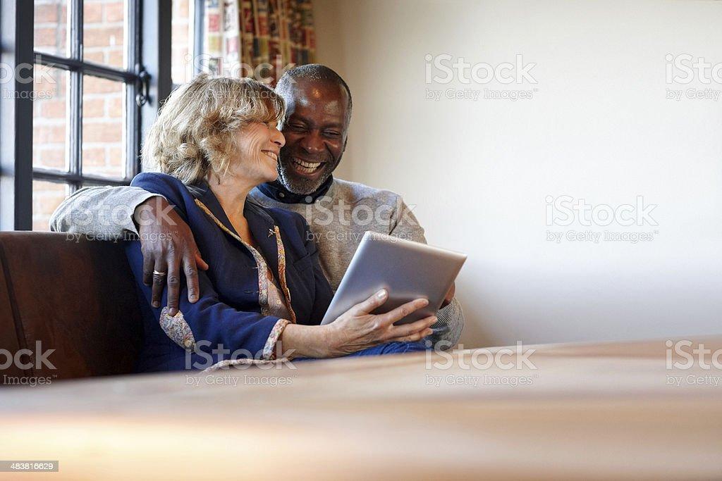 Mixed race couple in einem pub mit tablet pc – Foto