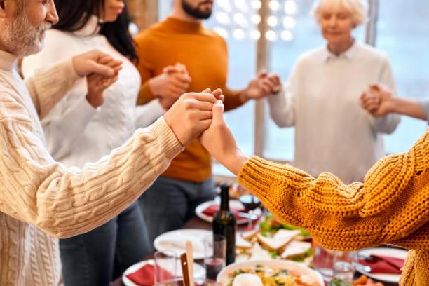 mieszane ręce rodziny rasy skrzyżowane inne podczas modlitwy przed kolacją wakacje - judaizm zdjęcia i obrazy z banku zdjęć