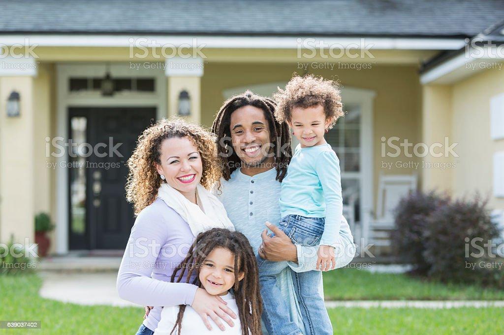 Gemischtes Familie von vier vor zu Hause – Foto