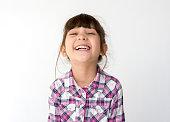 混血の女の子笑顔ヘッド ショット肖像画
