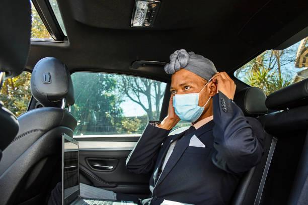 """顔のマスクを置くタクシーで混血同性愛者の男 - """"gender fluid"""" ストックフォトと画像"""